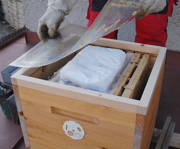 Krmení včel cukrovým těstem - úl zakryjeme tak, jak jsme zvyklí: durofolovou filií ...